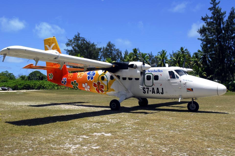 Denis Island , La llegada en avión , Las Seychelles