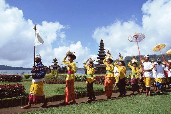 La religion et les rites , Des processions colorées , Indonésie