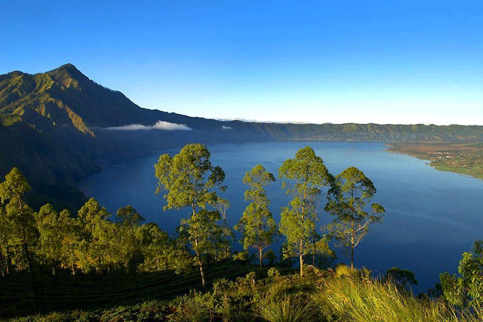 Lacs , Un lac entre deux volcans , Indonésie