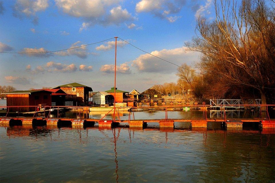 El lago Ada Ciganlija, La isla de Ada, Los monumentos y los paseos, Serbia