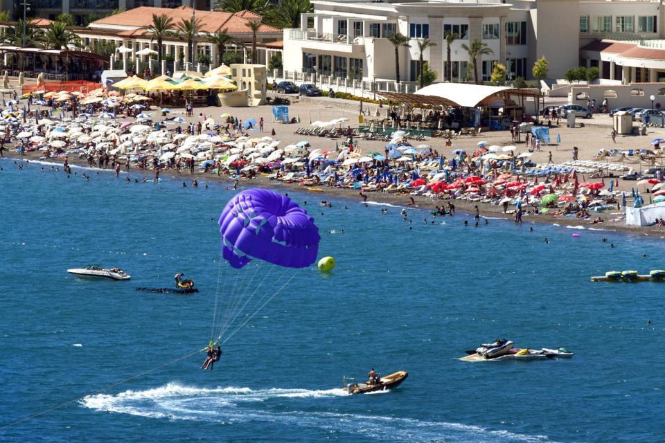 La plage de Becici , Parachute ascensionnel , Monténégro