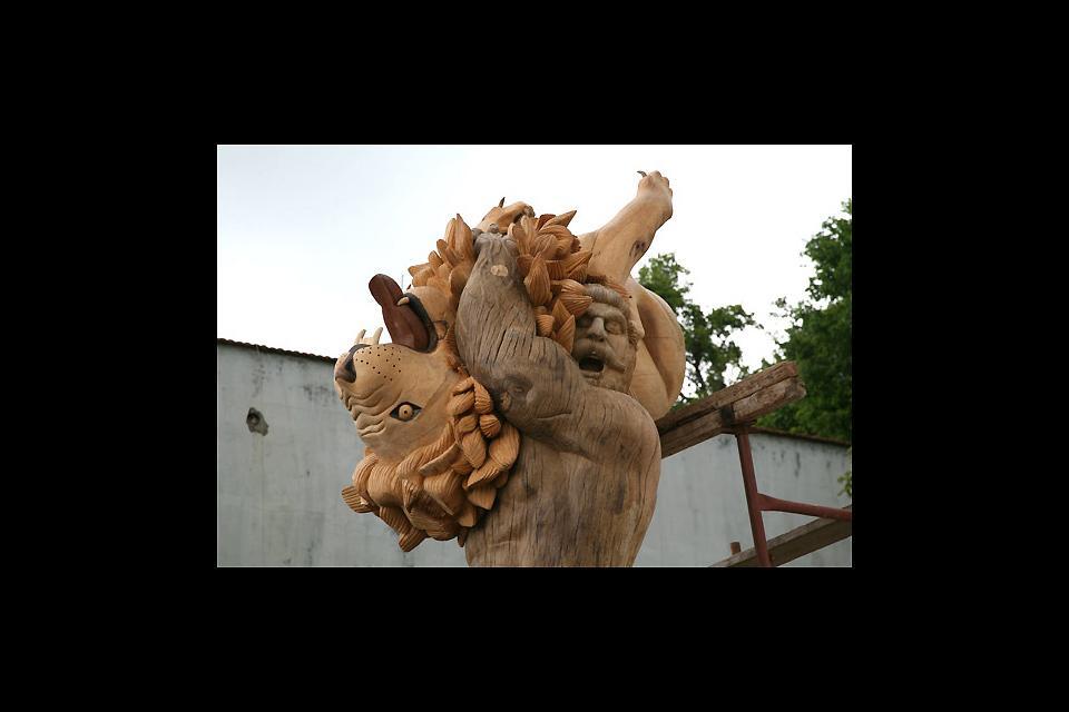 Sculpture sur bois , Hercule et le lion , Grèce