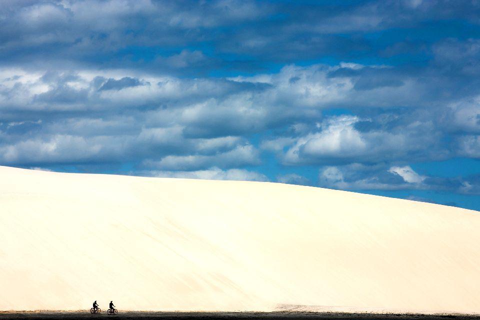 La plage de Jericoacoara , In bicicletta ai piedi della duna , Brasile