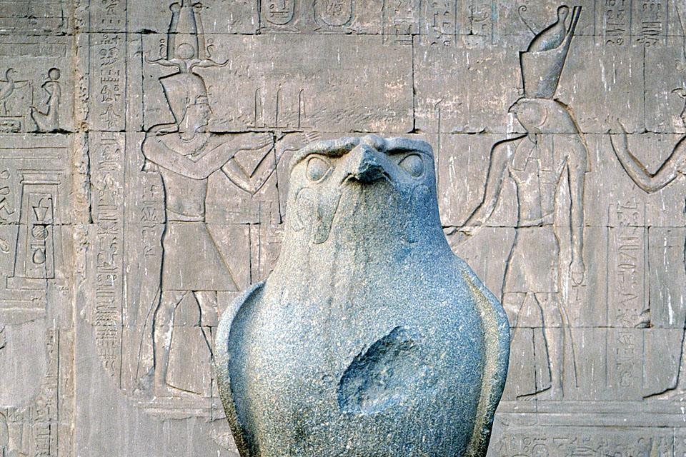 La repr?sentation du Dieu Horus, un ?norme faucon de granit, Edfu, Les sites, Egypte