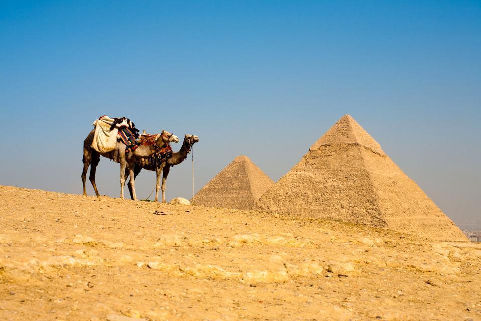 Les pyramides de Gizeh , Les trois pyramides vu de loin , Egypte
