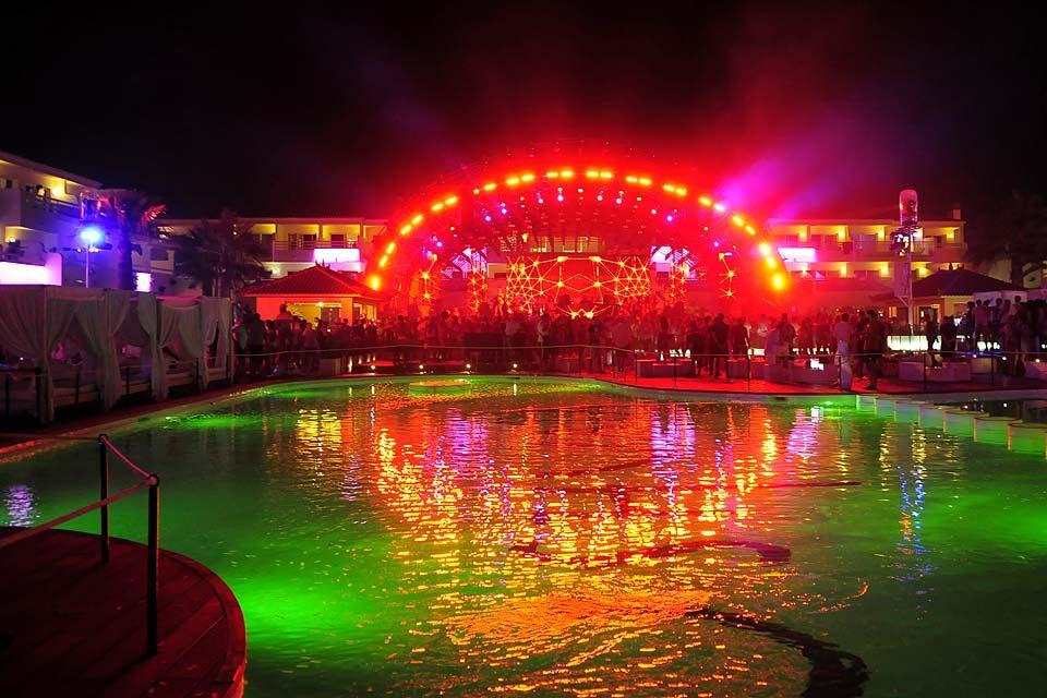 La fête à Ibiza, Le arti e la cultura, La piscina dell'Ushuaia, Baleari