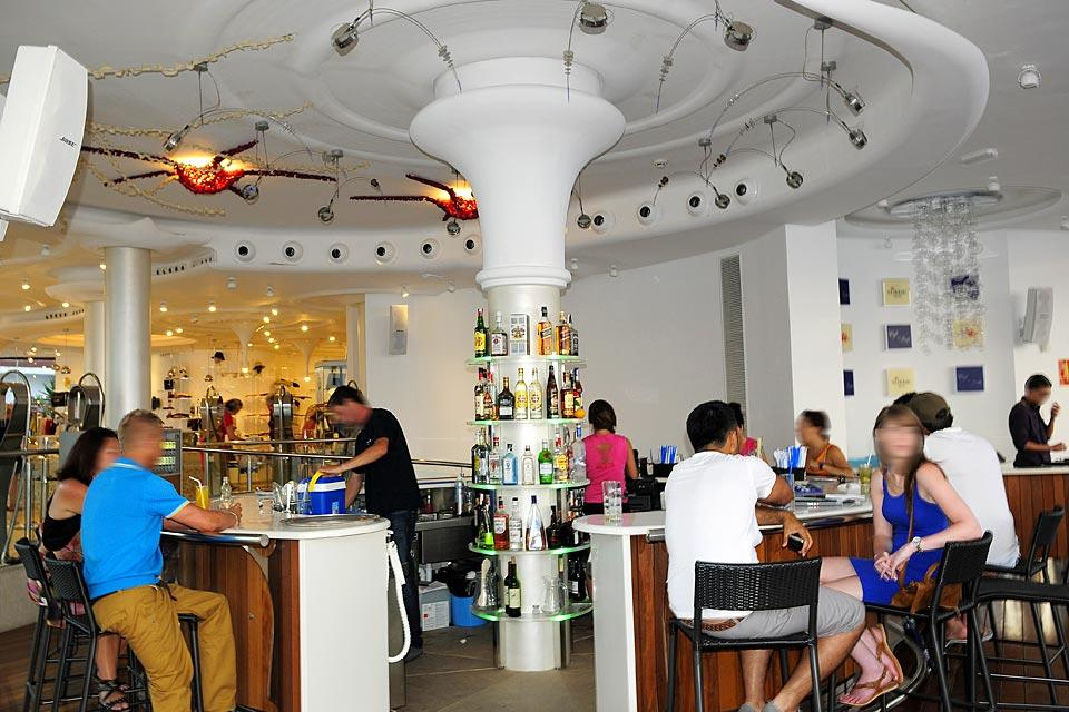 Le Café del Mar à San Antonio, Les activités et les loisirs, Café del Mar , un bar ultra branché, Baléares