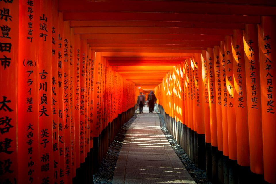 KYOTO- Fushimi Inari Taisha , Estatuas de los zorros mensajeros , Japón