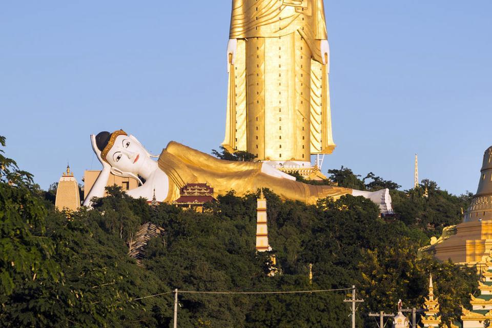 Le grand bouddha de Taung Khatakan , Myanmar