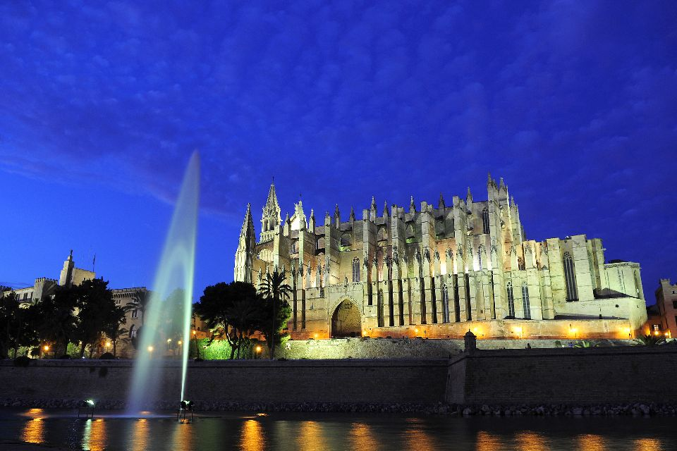 Palma Cathedral , The cathedral is beautiful at night , Spain