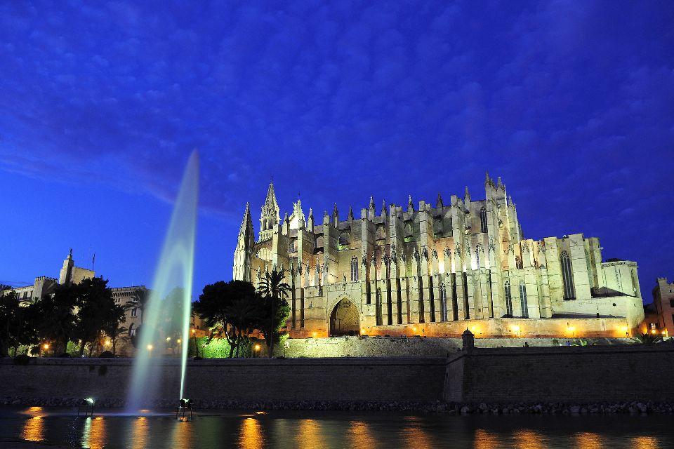 La cathédrale de Palma , La cathédrale est bien mise en valeur la nuit , Espagne