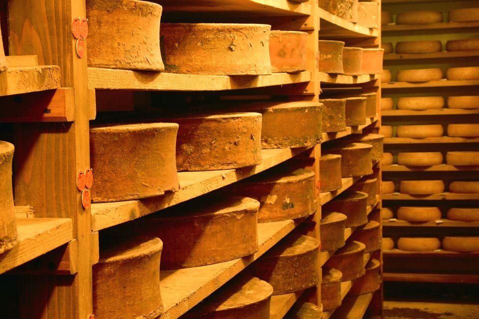Les Fromages de Savoie , Beaufort dans une cave d'affinage , France