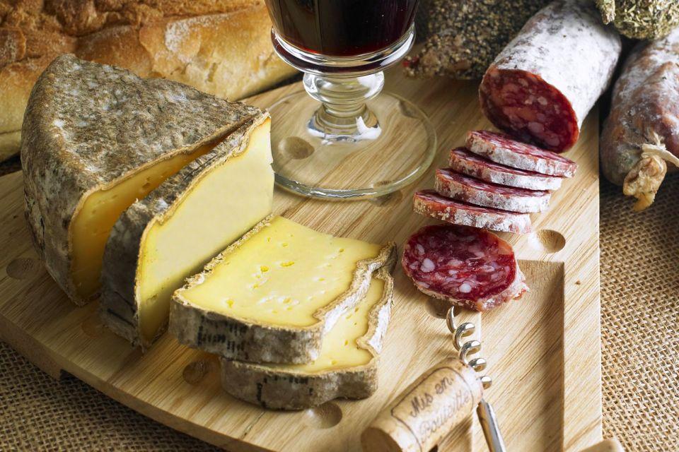 Les Fromages de Savoie , Tomme de Savoie et saucisson , France