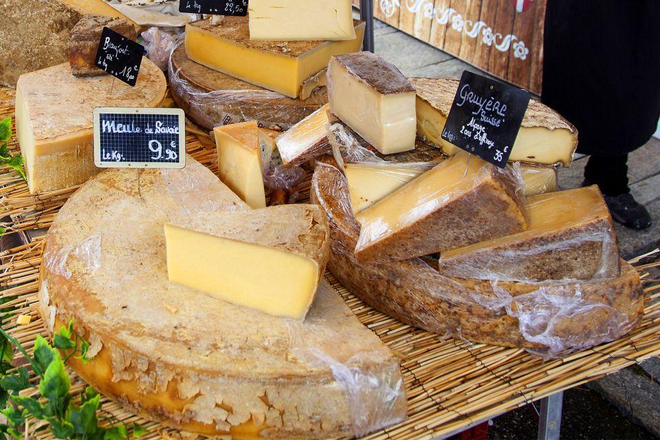 Les Fromages de Savoie , Meule de Savoie et gruyère sur un marché , France