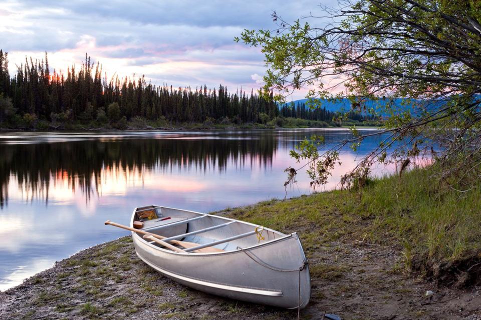 El lago Teslin , Canadá