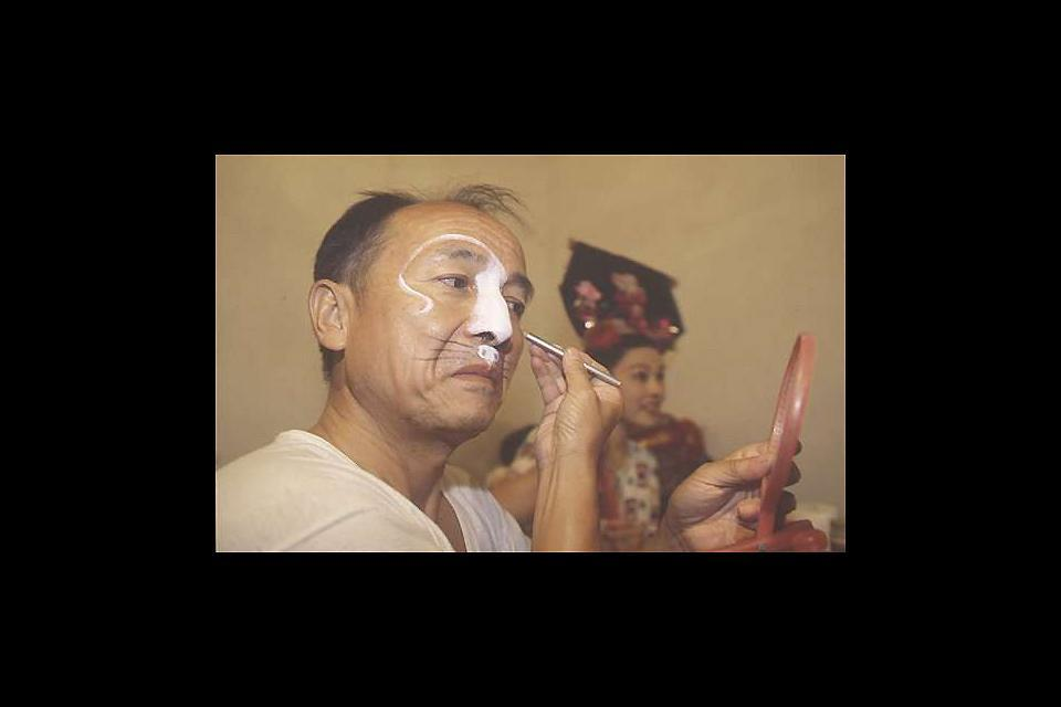 Le théâtre , Le maquillage des acteurs avant le spectacle , Chine