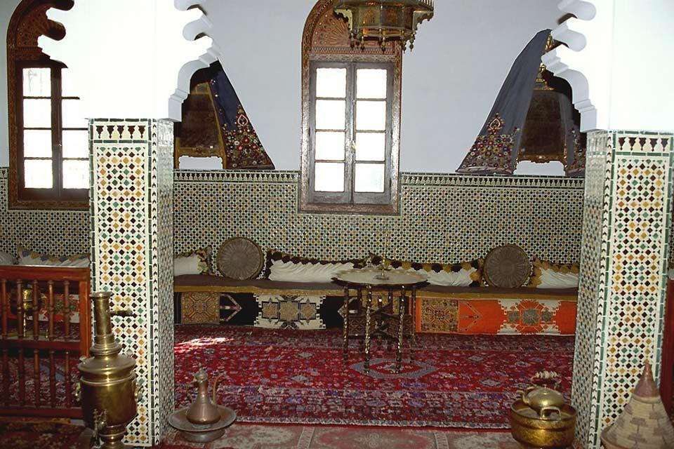 Les musées , Zelliges ornant les murs d'un salon marocain , Maroc