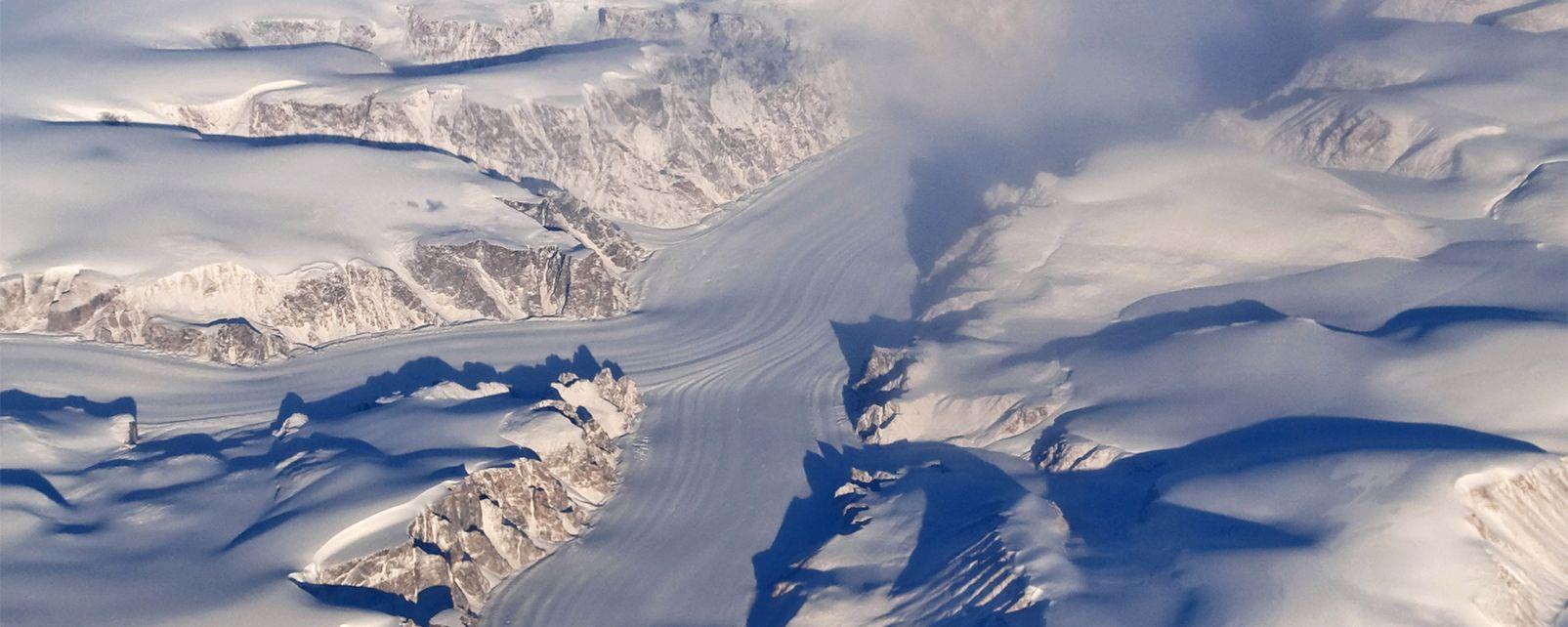 Aerial View of Auyuittuq National Park, Baffin Island, Canada, Le parc national Auyuittuq, Les activités et les loisirs, Le Nunavut