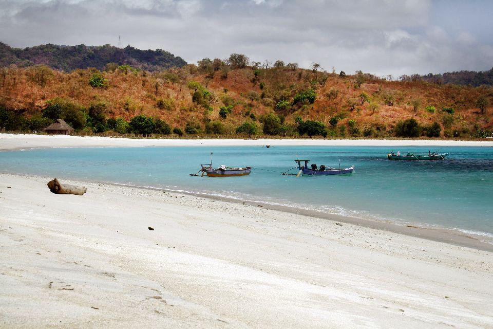 La plage de Maluk , Indonésie