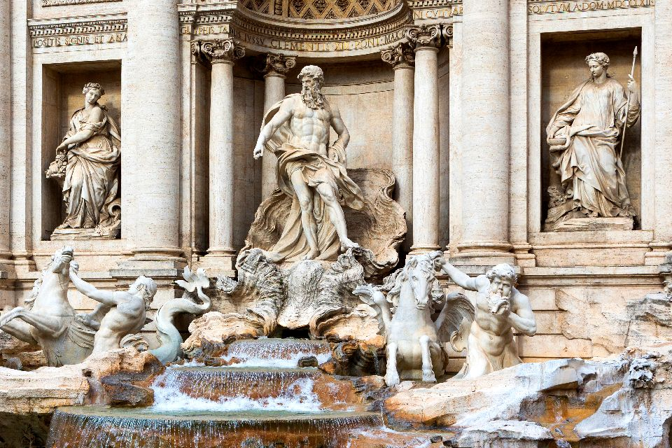 La Fontaine de Trevi , Neptune dans la niche centrale de la fontaine , Italie