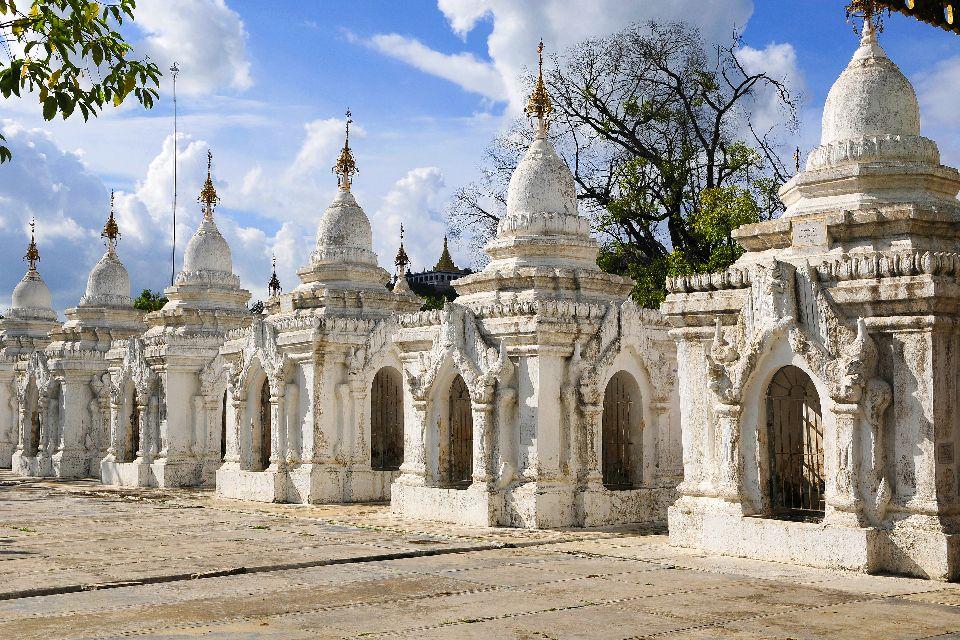La pagode Kuthodaw à Mandalay , Birmanie