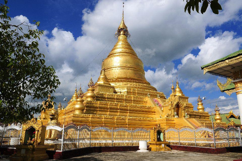 La pagode Kuthodaw à Mandalay , Stupa dorée , Birmanie