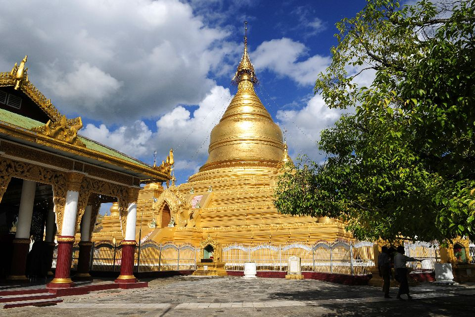 La pagode Kuthodaw à Mandalay , Pagode dorée , Birmanie