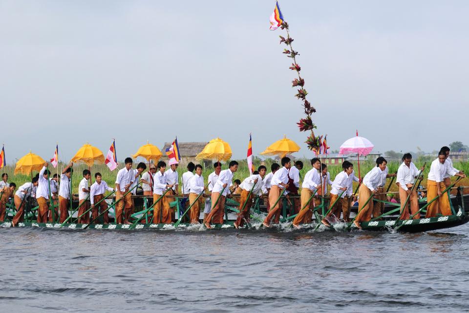 Le festival de la pagode Phaung Daw Oo au lac Inle, Les arts et la culture, Embarcations en procession, Birmanie