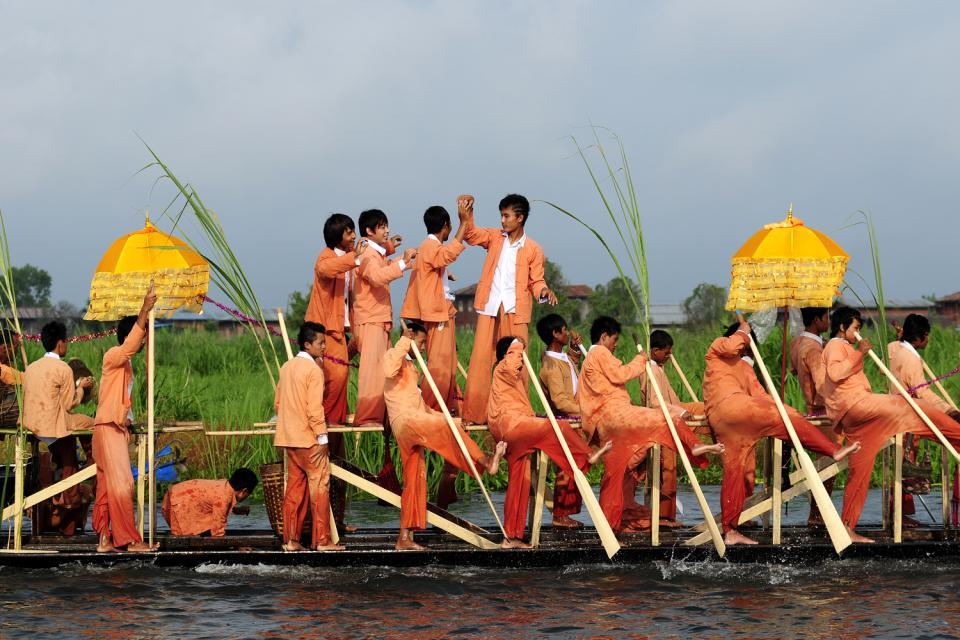Le festival de la pagode Phaung Daw Oo au lac Inle, Les arts et la culture, Ils rament avec leur jambe !, Birmanie