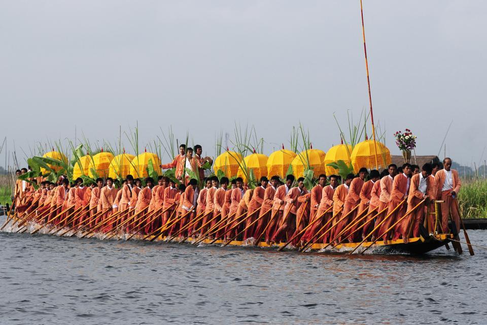 Le festival de la pagode Phaung Daw Oo au lac Inle, Les arts et la culture, Une barge dragon boat, Birmanie