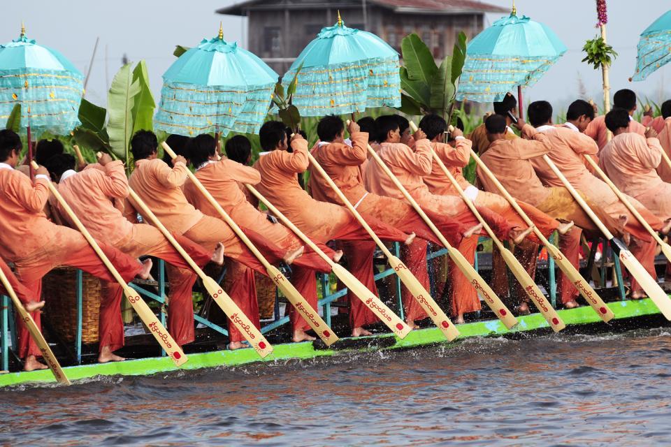 Le festival de la pagode Phaung Daw Oo au lac Inle, Les arts et la culture, Une cérémonie quasi militaire, Birmanie