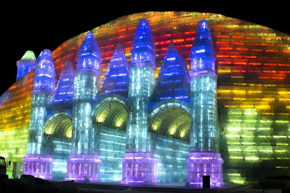 Le festival de sculpture sur glace à Harbin , Des sculptures éclairées par des LED , Chine