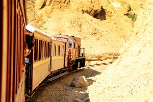 Le train du Lézard Rouge dans les gorges de Selja , Tunisie