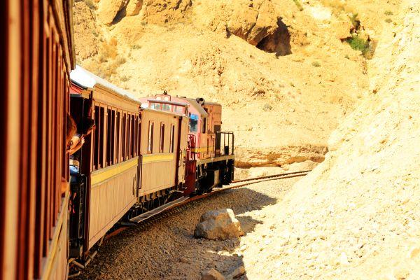 Le train du Lézard Rouge dans les gorges de Selja , Tunisie