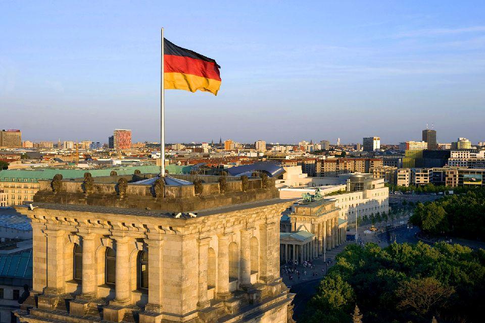 La porte de Brandebourg , Drapeau allemand flottant sur la porte , Allemagne