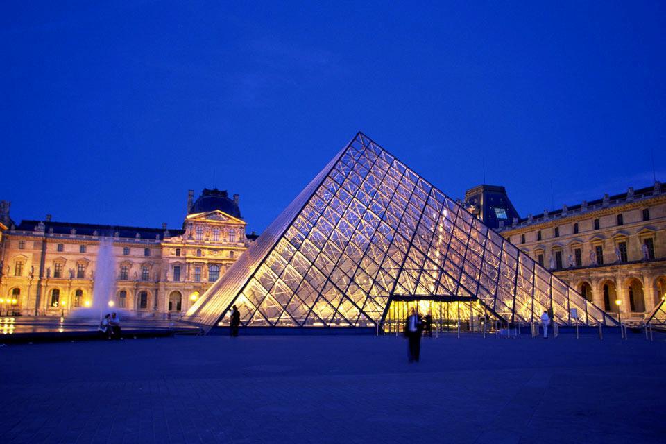 La Pyramide du Louvre , France