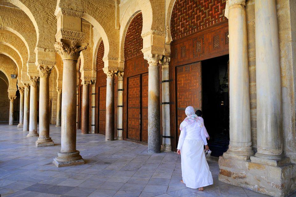 La mosquée de Kairouan , Portes de bois de cèdre , Tunisie