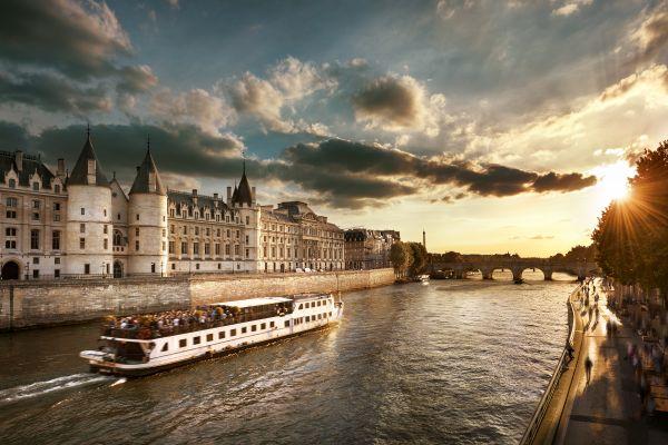 Les monuments, conciergerie, palais, prison, ile, cité, seine, ile-de-France, France, bateau-mouche, tourisme, transport, fleuve