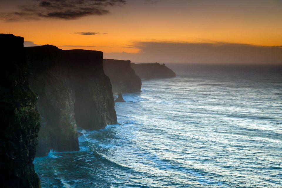 Au coucher du soleil, Les Falaises de Moher, Les côtes, Dublin, Irlande