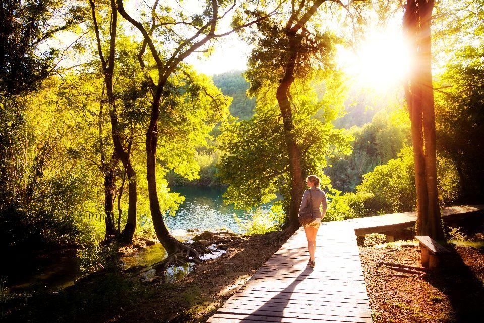 Le parc national de Krka , Des touristes traversant un pont à Krka , Croatie
