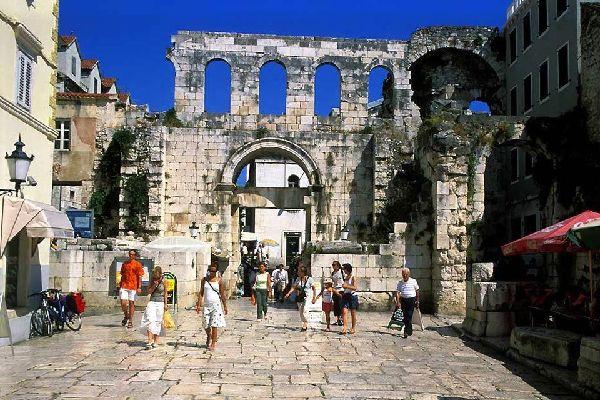 Le vestigia romane , Interno delle mura della città di Spalato , Croazia