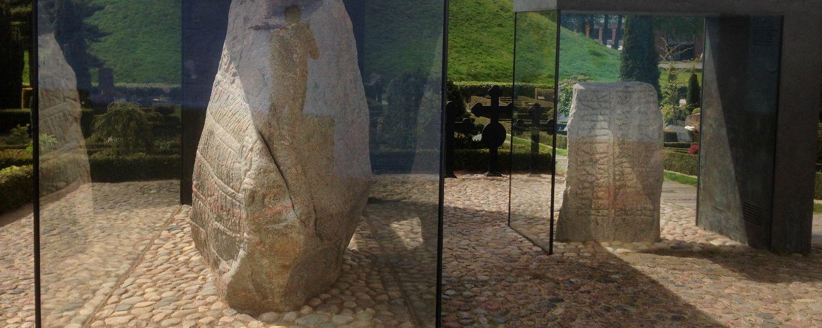 Le site préhistorique de Jelling , Les pierres runiques de Jelling , Danemark