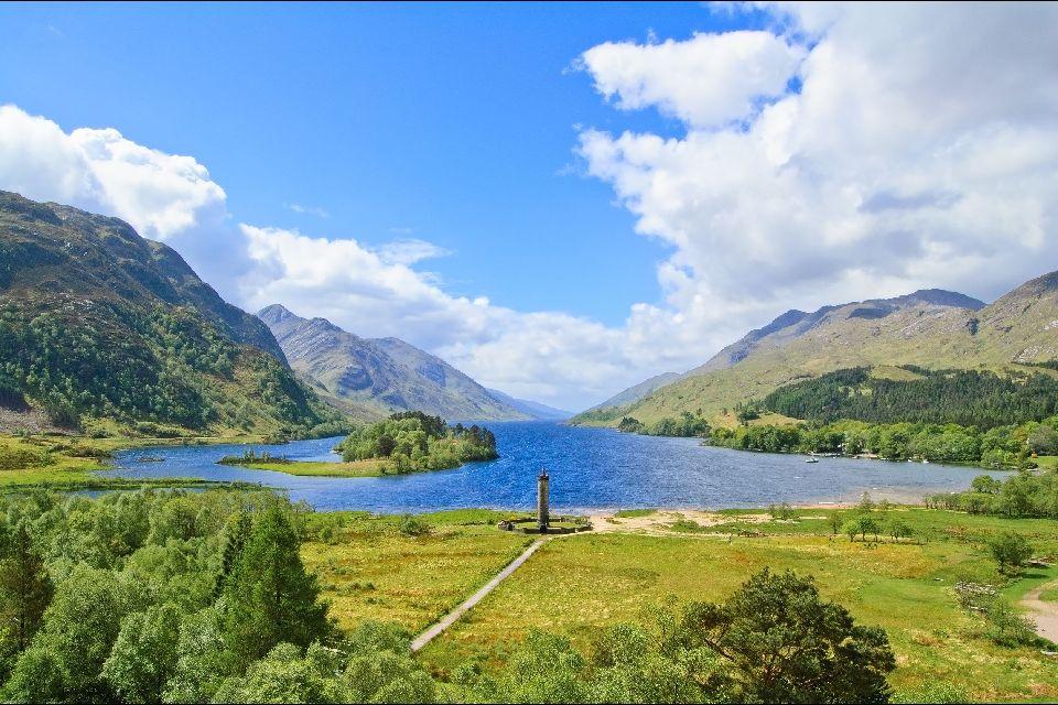 Les Highlands , Cygnes sur un loch dans les Highlands , Royaume-Uni
