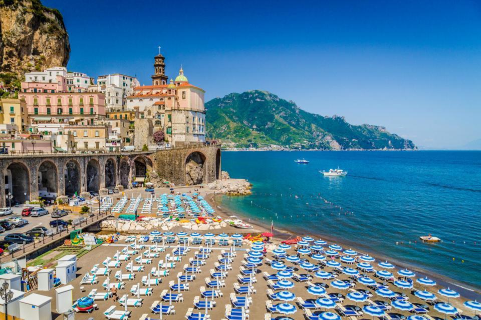 Europe, Italie, Campanie, Atrani, ville, Almafi, Salerne, plage, bateau, mer, montagne, transat, parasol, baignade, bâtiment, maison, église,
