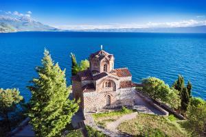 Europe, Macédoine, Ohrid, Kaneo, église, Saint Jean de Kaneo, arbre, lac, montagne, religion,