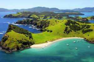 Océanie, Nouvelle-Zélande, Bay of Islands, Urupukapuka, île, plage, baignade, bateau, verdure, montagne, mer,