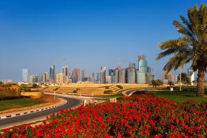 Moyen-Orient, Qatar, Doha, West Bay Doha, Barwa, ville, arbre, fleur, gratte-ciel, route,
