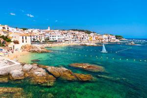 Europe, Espagne, Catalogne, Costa Brava, Calella de Palafrugell, ville, plage, voilier, rocher, maison, baignade,