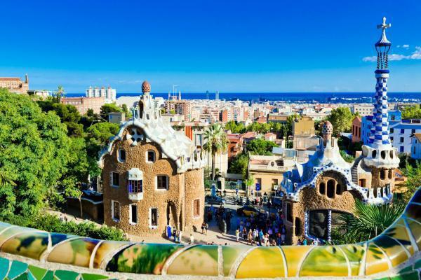 Europe, Espagne, Barcelone, parc, Guell, mosaïque, ville, mer, immeuble, arbre,