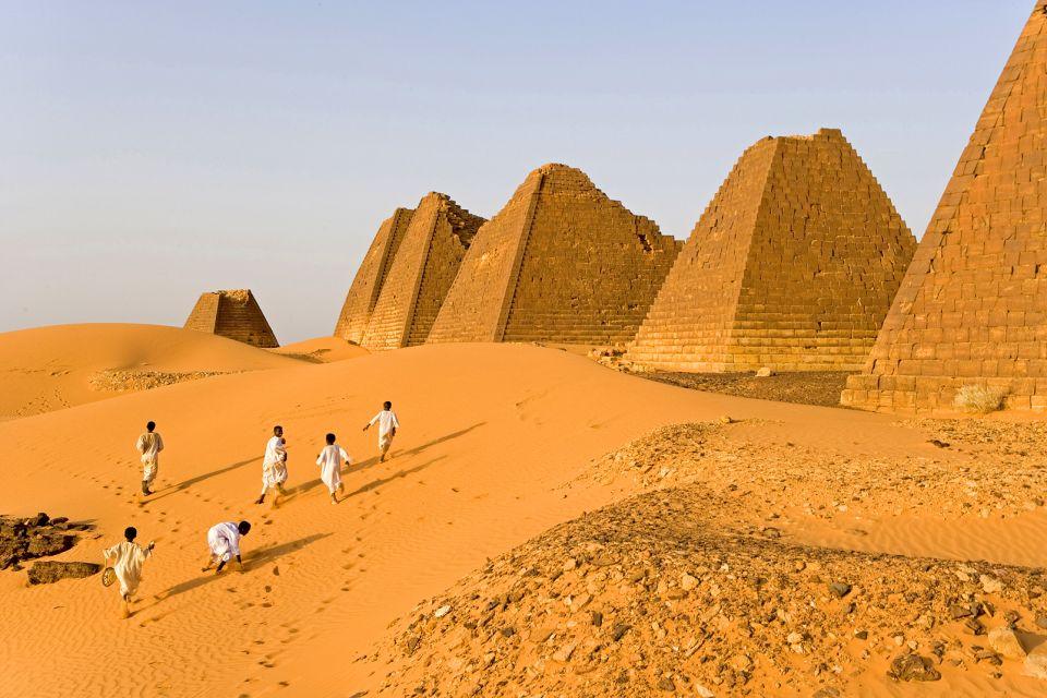 afrique, soudan, nubie, pyramide, méroé, necropole, pyramide, homme, dune, sable